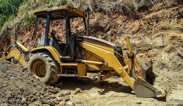 La excavadora utilizada en el escalamiento pertenece a una ferretería de la zona.