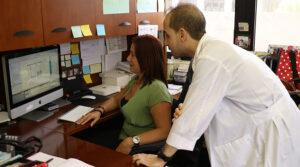 La científica también investiga una droga que podría revolucionar los tratamientos a mujeres diagnosticadas con endometriosis. (Voces del Sur / Pedro A. Menéndez Sanabria)