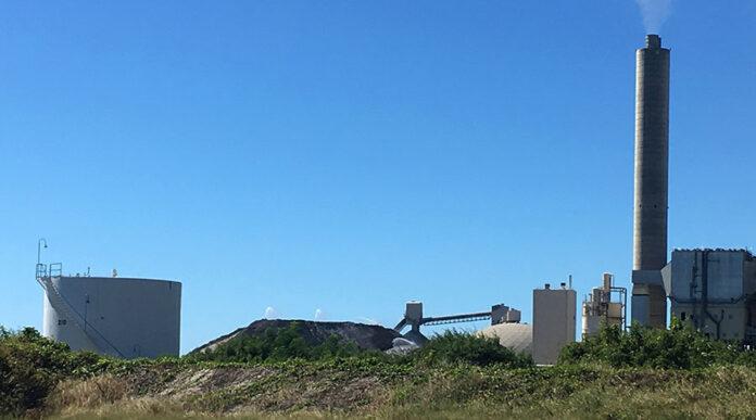 La empresa Applied Energy Systems está ubicada en Guayama. En la foto, la pila de cenizas de carbón que mantienen en sus instalaciones. (Voces del Sur)