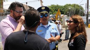 La alcaldesa Karilyn Bonilla Colón dialoga con personal del DRNA y la Policía sobre las medidas que tomarán para velar por la paralización de los trabajos de instalación de la torre de telecomunicaciones.