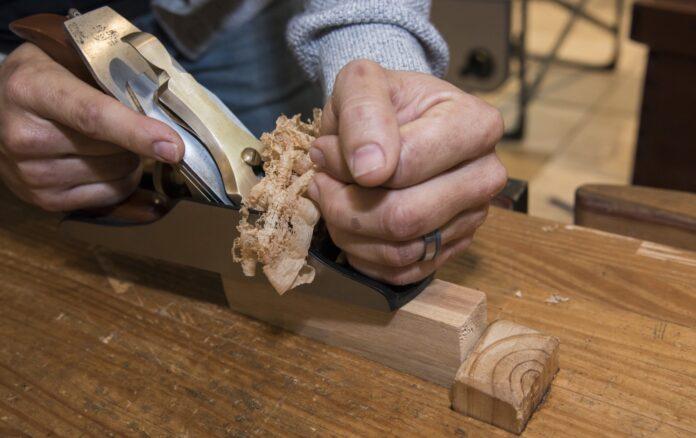 Un artesano trabaja en una de sus piezas.