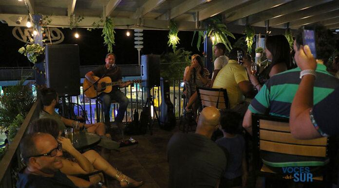 El cantautor Tito Auger presentó su espectáculo musical durante la inauguración de Pizza & Beer Cave at Isla Cueva. (Voces del Sur)