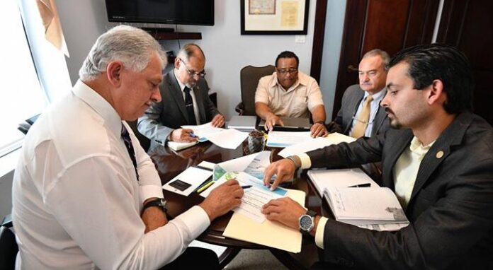 El senador Luis Berdiel Rivera se reunió con un grupo de inversionistas.
