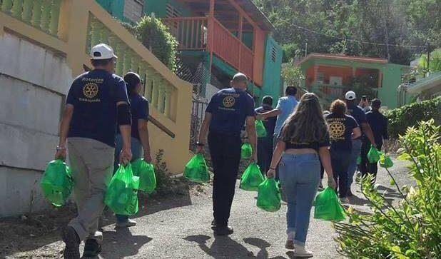 Integrantes del Club Rotario de Yauco llevaron ayuda a varias comunidades.