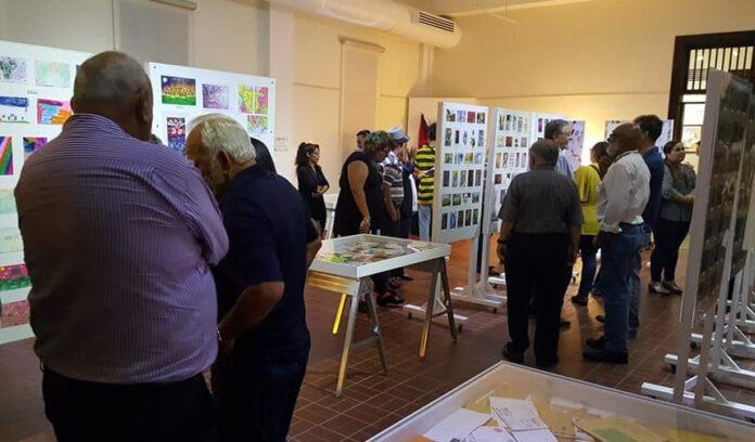 La exposición cuenta con piezas de sobre 450 creadores de 44 países.