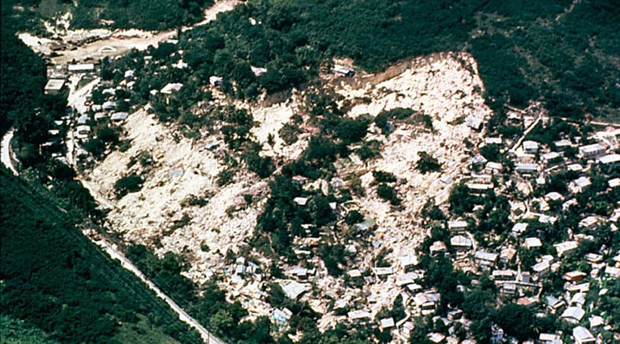 Derrumbe de Mameyes en Ponce en 1985. (R.W. Jibson, U.S. Geological Survey)