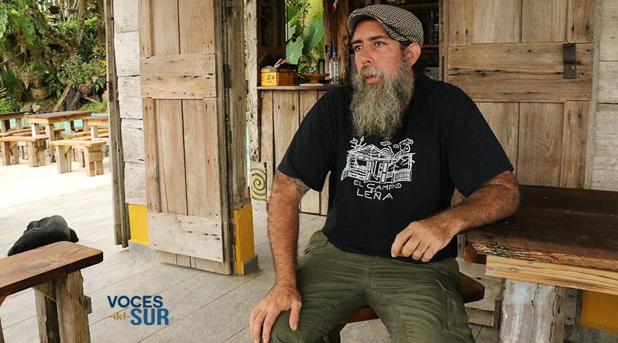 """Elmer Luciano Arroyo, conocido como """"Pufay"""", es el copropietario de El campo es leña. (Voces del Sur / Michelle Estrada Torres)"""