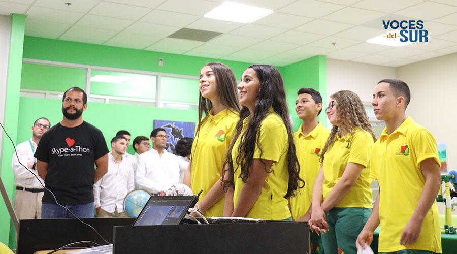 Las estudiantes Gabriella Marfisi y Ailyn Rodríguez (al frente) durante la presentación a Anthony Salcito. (Voces del Sur / Pedro A. Menéndez Sanabria)