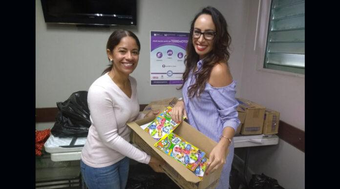Carolina Sánchez, directora de mercadeo y auspicios de Plaza Guayama, entrega los regalos a la alcaldesa de Salinas, Karilyn Bonilla Colón. (Suministrada)