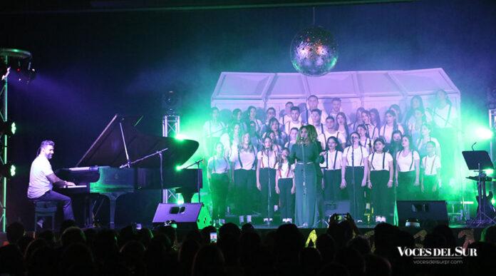 El coro de la de la Academia Ponce Interamericana (API) interpretó varios temas junto al pianista Adlan Cruz. (Voces del Sur/Michelle Estrada Torres)