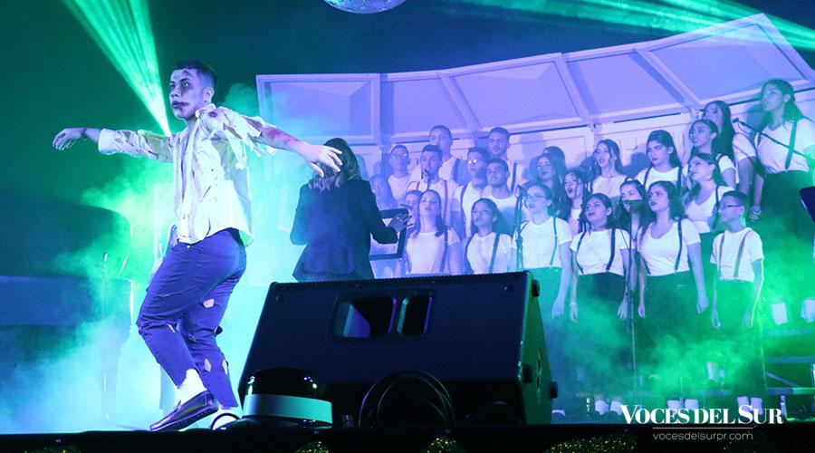 Uno de los estudiantes interpretó un baile durante el tema Thriller. (Voces del Sur/Michelle Estrada Torres)