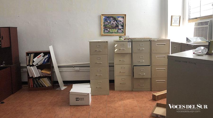 Archivos y documentos abandonados en la Escuela Walter Mck Jones de Villalba. (Voces del Sur / Sara R. Marrero Cabán)