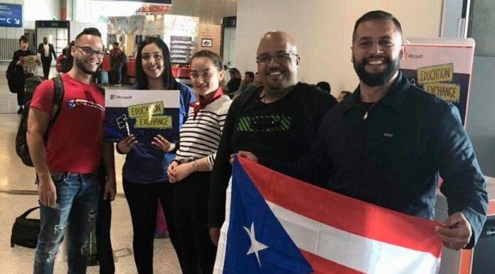 El profesor Samuel Cardeña Sánchez mostró la bandera de Puerto Rico a su llegada a Paris. A su lado, el educador sureño William Guzmán de Jesús