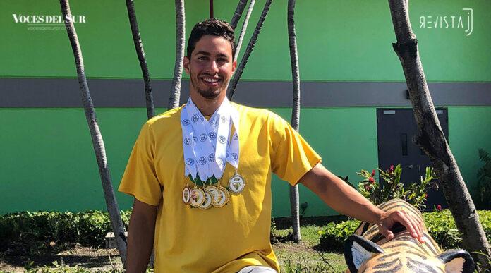 Carlos Daniel Herrera se coronó en las Justas de Natación 2019, en su último año de participación con la Universidad Interamericana. (Voces del Sur / Revista J / Christian Hernández Estela)