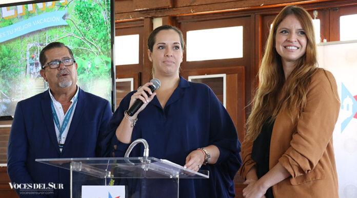 Carla Campos e Imaris Arocho, directora ejecutiva y directora de mercadeo de la Compañía de Turismo de Puerto Rico respectivamente, ofrecieron detalles de la feria Voy turisteando en Ponce. Las acompaña José Reyes, director de Porta Caribe.