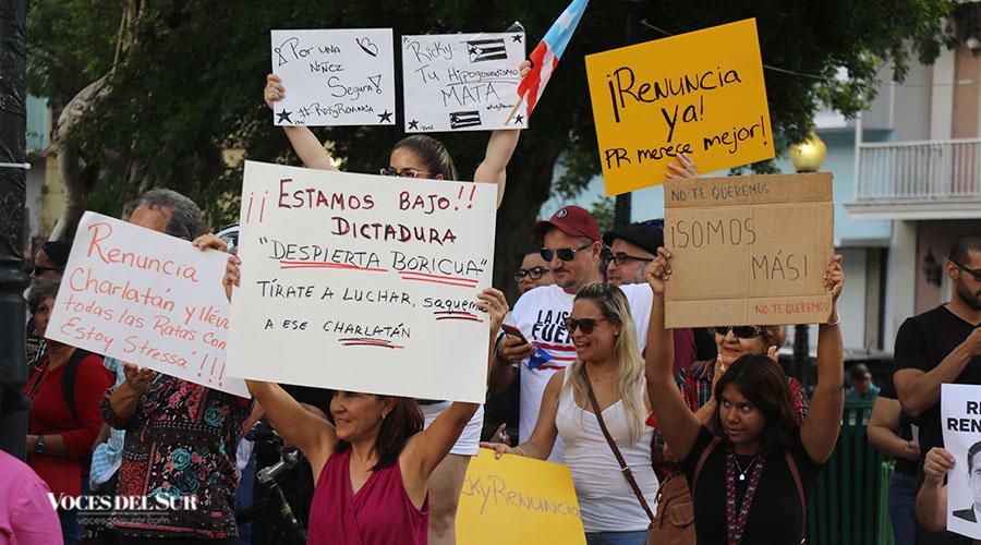 Provistos de banderas de Puerto Rico, pancartas con mensajes referentes a las conversaciones llenas de insultos y burlas por parte del primer ejecutivo y funcionarios del Ejecutivo en un chat de Telegram al igual que las acusaciones en la esfera federal