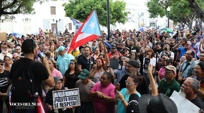 Cientos de personas se unieron esta tarde a una manifestación en la plaza Las Delicias de Ponce en reclamo por la renuncia del gobernador Ricardo Rosselló Nevares.