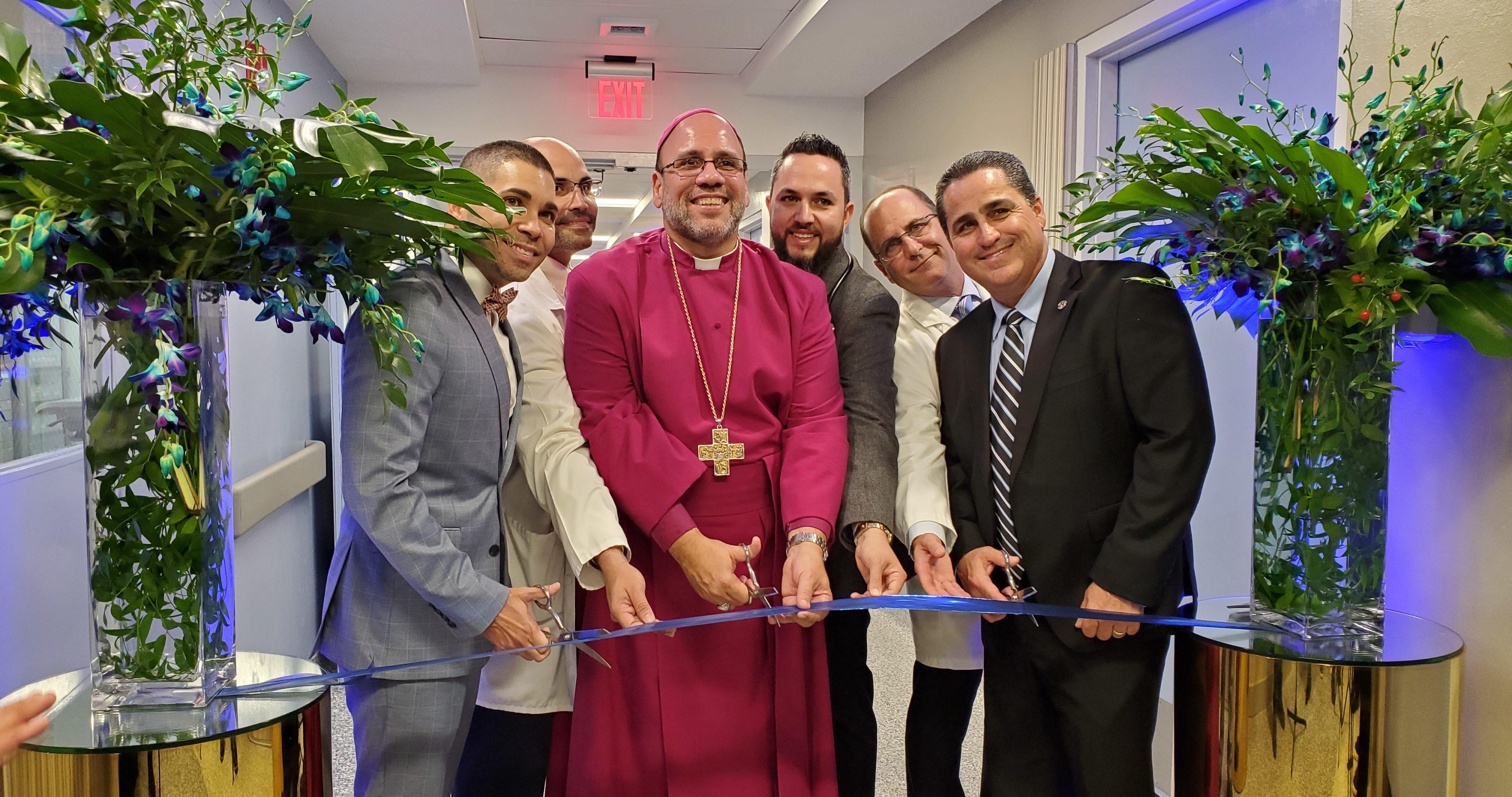 El obispo Rafael Morales Maldonado y directivos del Centro Médico Episcopal San Lucas realizaron el corte de cinta de la unidad deluxe. (Voces del Sur)