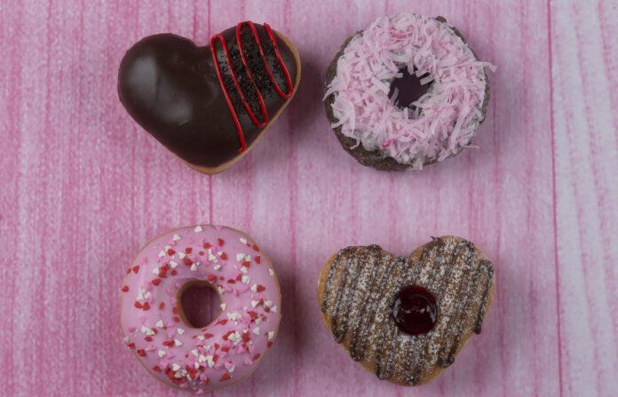Krispy Kreme presentó su nueva línea de donas inspiradas en el Día de los Enamorados.