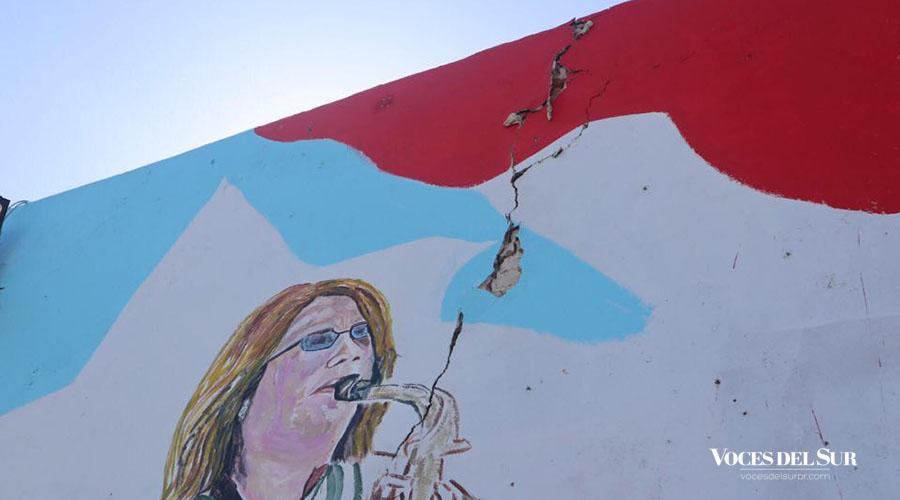 El edificio donde fue pintado el mural sufrió serios daños por el sismo de magnitud 6.4 ocurrido el 7 de enero. (Voces del Sur / Sara R. Marrero Cabán)