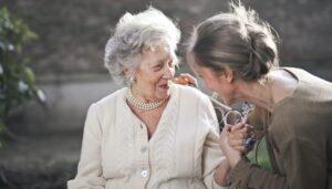 Cuidadora de adultos mayores. (Pexels/Andrea Piacquadio)