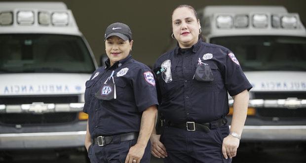 Wilda López Santiago y Tanya Vázquez García trabajan en la estación de Adjuntas del Cuerpo de Emergencias Médicas Estatal. (Cortesía: Rhett Lee García)