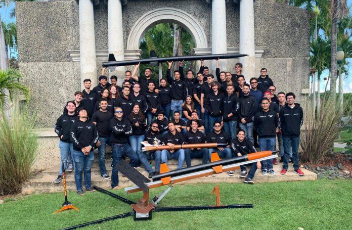 Integrantes de la asociación estudiantil aeroespacial Alpha Astrum, del Recinto Universitario de Mayagüez (RUM).