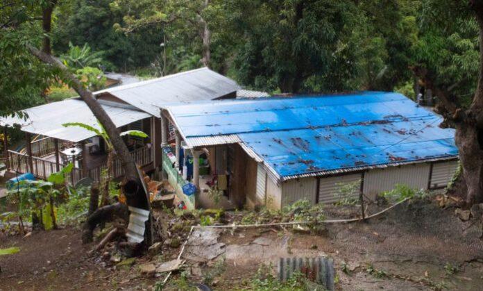 Una de las múltiples residencias en Peñuelas que requiere de un toldo azul debido a que su techo fue afectado por el huracán María. (Suministrada)