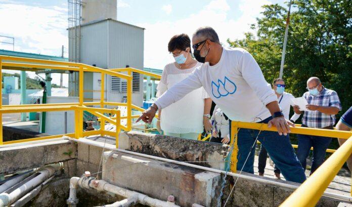 La presidenta ejecutiva de la AAA, Doriel Pagán Crespo, realiza un recorrido por la planta de filtros Ponce Nueva. (Suministrada)
