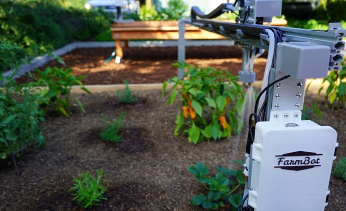El FarmBot fue descrito como un robot que puede encargarse de casi todas las necesidades de un huerto