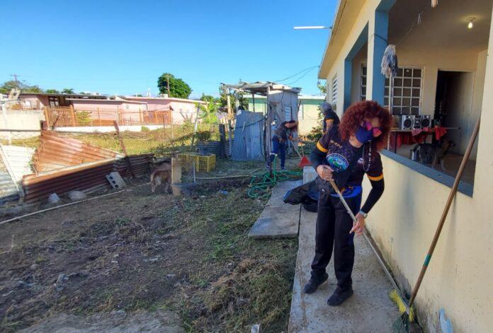 Voluntarios realizaron trabajos de limpieza e hicieron mejoras a una residencia en Santa Isabel. (Suministrada)