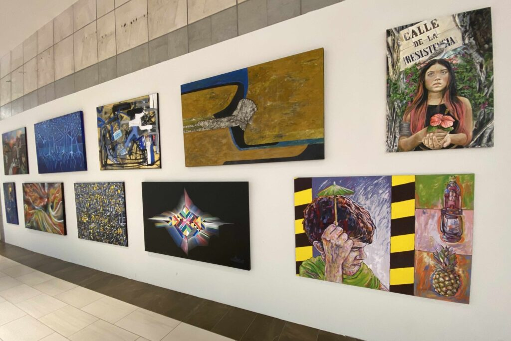 Algunas de las piezas que forman parte de la exposición Expresiones perdidas en Plaza del Caribe. (Suministrada)
