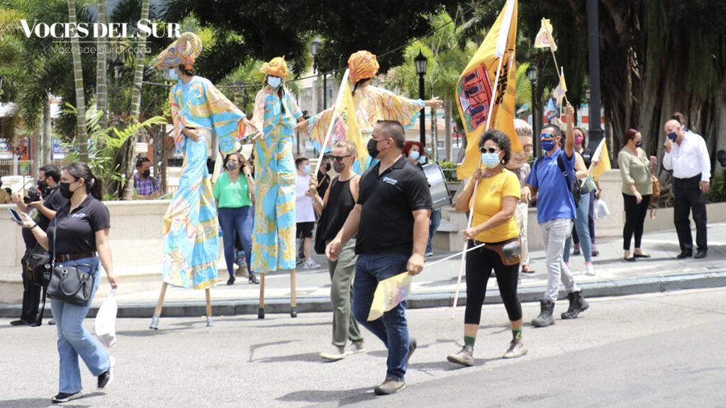 Los adjunteños celebraron con una marcha los avances de la iniciativa Adjuntas Pueblo Solar. (Voces del Sur / Pedro A. Menéndez Sanabria)
