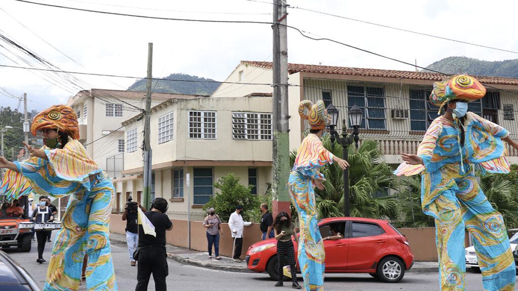 La marcha concluyó en la plaza pública de Adjuntas, frente al local Lucy's Pizza. (Voces del Sur / Pedro A. Menéndez Sanabria)
