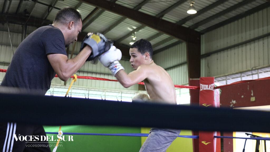 Malik Quiñones Torres entrena bajo la tutela de Carlos Ortiz en Guayanilla. (Voces del Sur/Pedro A. Menéndez Sanabria)