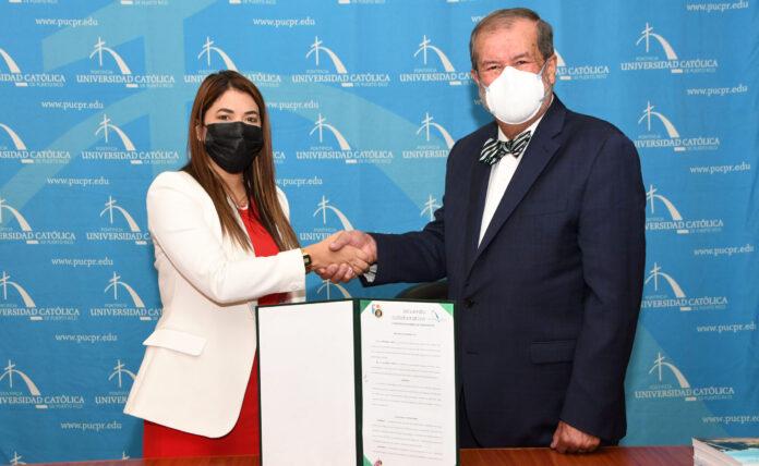La comisionada de CDCoop, Glorimar Lamboy Torres, y el presidente de la PUCPR, Jorge Iván Vélez Arocho, concretaron el acuerdo con una firma. (Suministrada)