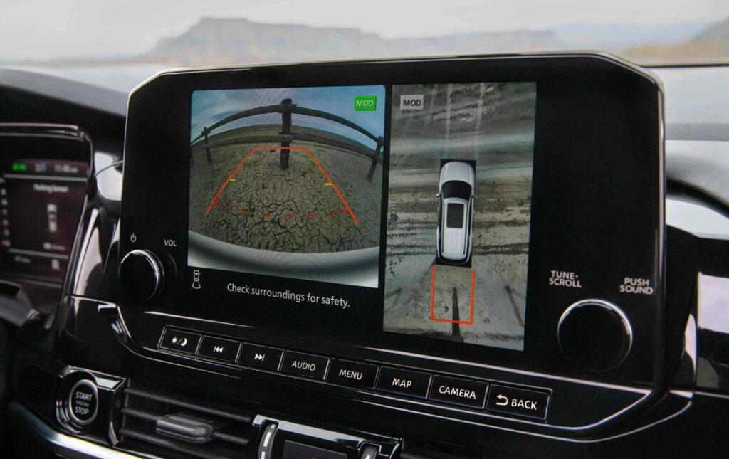 Un sistema de cámaras y pantallas asiste al conductor.